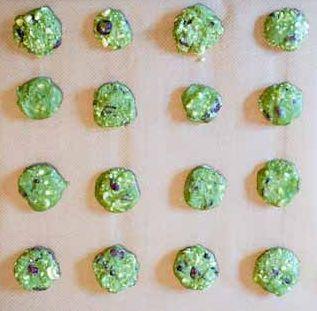 Matcha-Kekse-auf-Blech Trail Mix Cookies mit Matcha